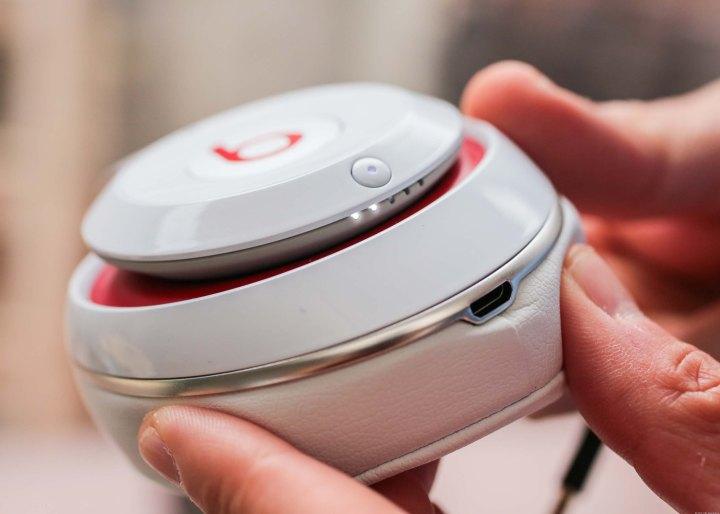 Os fones de ouvido são recarregáveis via USB
