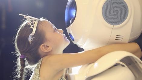 Criança conhecendo um robô