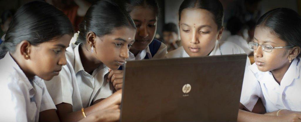 Google e Microsoft têm uma parceria para oferecer acesso Wi-Fi de 400 estações de trem em toda a Índia, além de banda larga de baixo custo para 600.000 aldeias rurais, em um esforço para se conectar alguns dos 4 milhões de pessoas no subcontinente que vivem sem acesso à Internet.