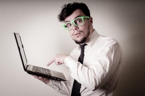Postagens patrocinadas homem de negócios usando notebook