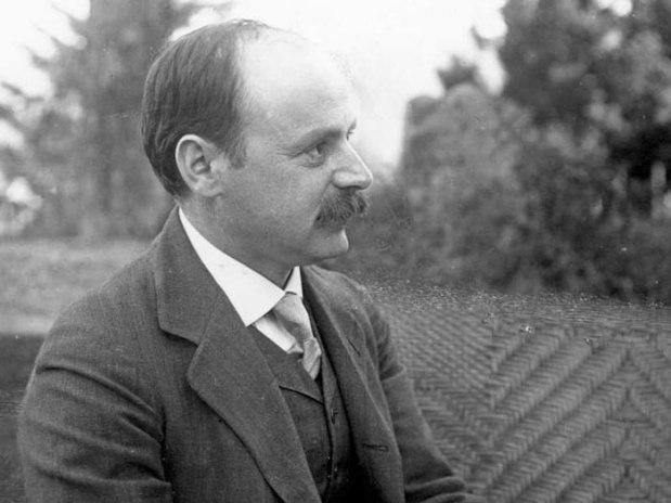 Karl Schwarzschild foi o primeiro a usar a teoria da relatividade