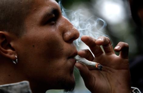 Fumante de maconha não identificado