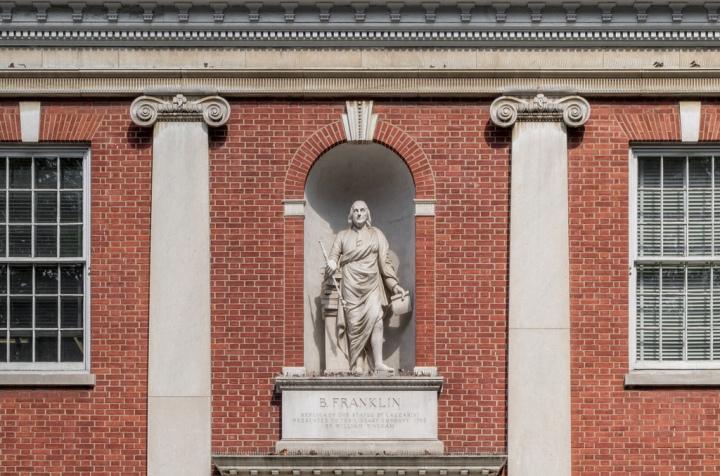 Estátua de Benjamin Franklin na Sociedade Filosófica Americana