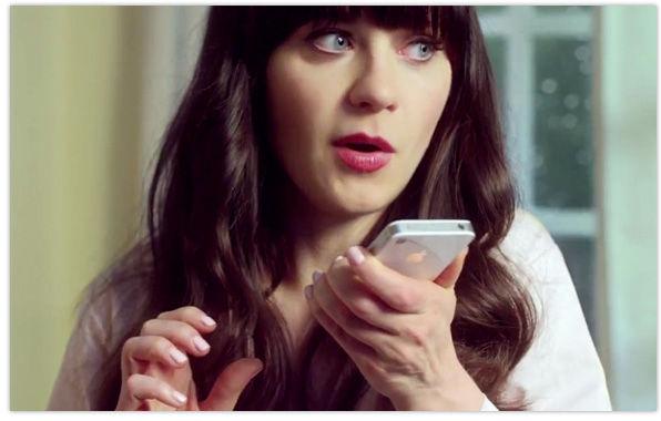 Mulher falando com Siri o aplicativo de voz da Apple