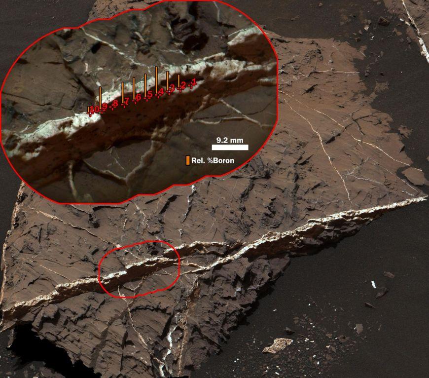 """A maior concentração de boro medida em Marte, no final de 2016, está nesta veia mineral, chamada """"Catabola"""", que o rover Curiosity da NASA examinou com seu instrumento ChemCam, em 25 de agosto de 2016."""