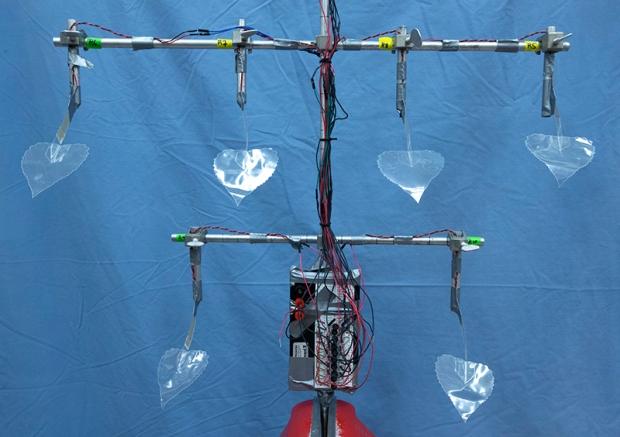 As folhas biomiméticas da árvore, modeladas a partir das folhas da árvore real, passam pelo processo piezoelétrico para produzir eletricidade